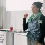 Elise Scheibler begrüßt die Teilnehmer*innen