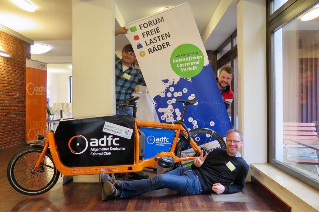 Der erste FFL-Aufsteller: Mit Clemens Rudolf (Lastenrad Stuttgart) und Arne Behrensen (cargobike.jetzt, liegend)