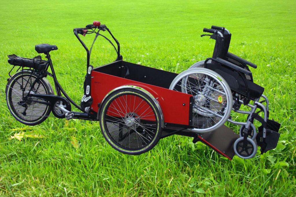 Ein Spezialrad für Rollstuhltransport steht am Bürgerzentrum Deutz